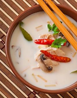 Тайский суп с курицей и грибами