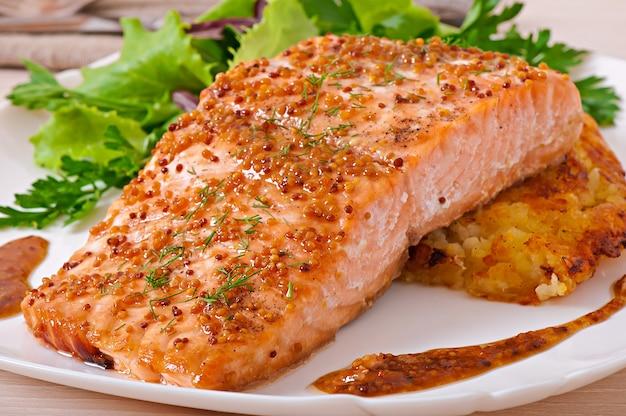 Запеченный лосось с медово-горчичным соусом и картофельным гратеном