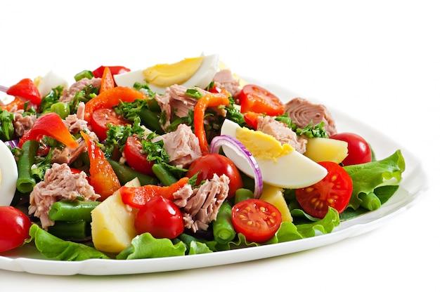マグロ、トマト、ジャガイモ、タマネギのサラダ