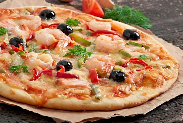 Пицца с креветками, лососем и оливками