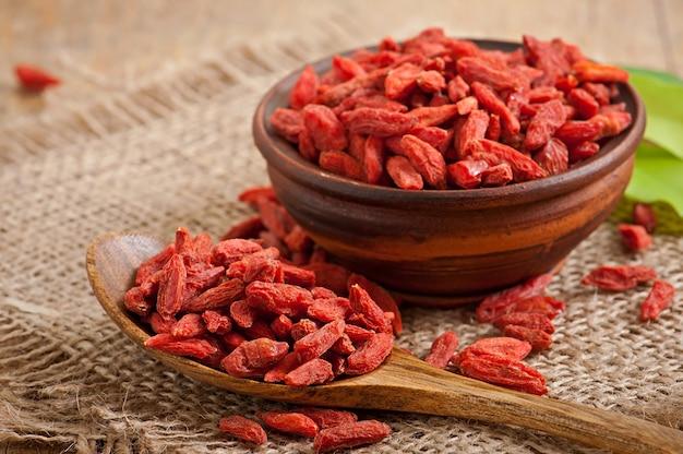 Красные сушеные ягоды годжи в деревянной ложке