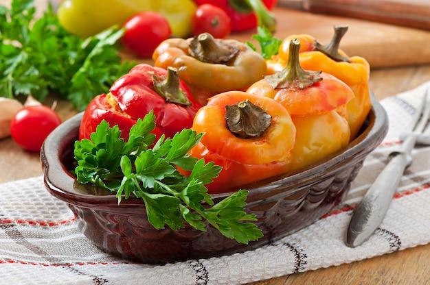ピーマンの詰め物、鶏肉のひき肉、トマトソース添え
