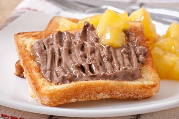 朝食にキャラメルリンゴとチョコレートクリームを添えたフレンチトースト