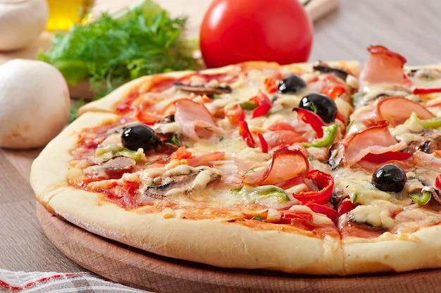 ハム、マッシュルーム、オリーブのピザ