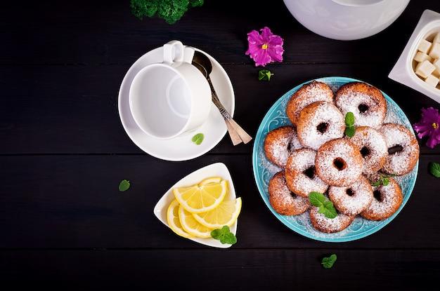 Домашние пончики посыпать сахарной пудрой.