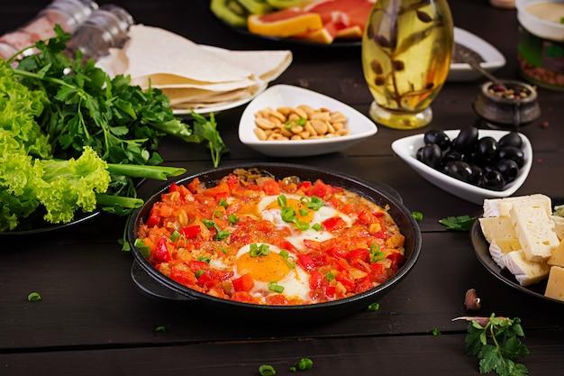 Турецкий шакшука с оливками, сыром и зеленью