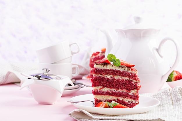 赤いベルベットのケーキとイチゴのティータイム
