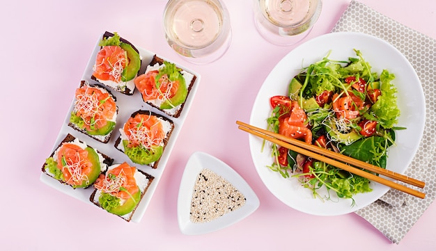Различные полезные салаты и бутерброды с лососем