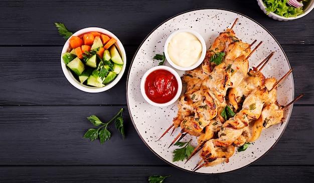 Куриный шашлык со свежими овощами