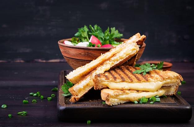 朝食に自家製グリルチーズサンドイッチ