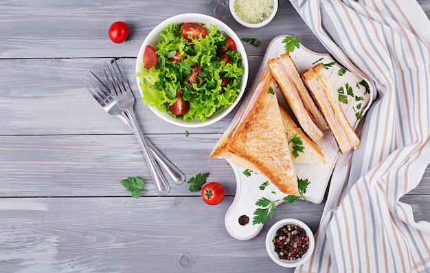 Клубный сэндвич панини с ветчиной, сыром и салатом