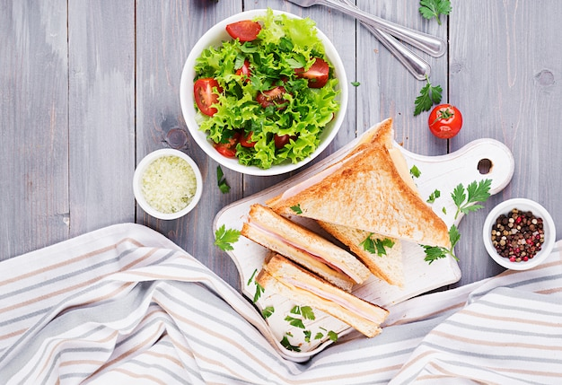 クラブサンドイッチパニーニ、ハム、チーズ、サラダ