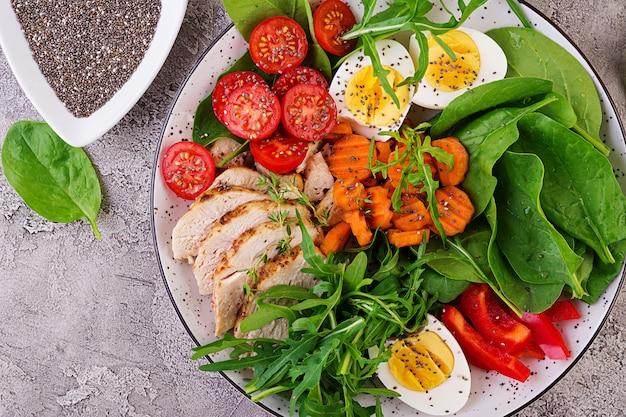 チェリートマト、鶏の胸肉、卵、ニンジン、ルッコラ、ほうれん草のサラダ