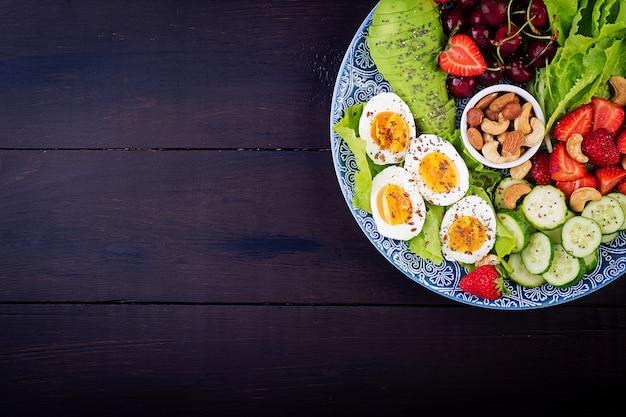 ゆで卵、アボカド、キュウリ、ナッツ、チェリー、イチゴ