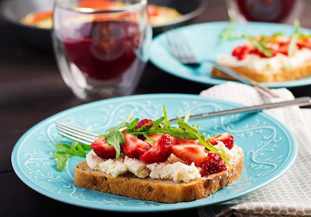 イチゴとクリームチーズのヘルシーなサンドイッチ