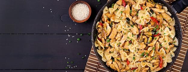 炒めた鶏肉、パスタファルファッレ、ズッキーニ、ピーマン、ネギ