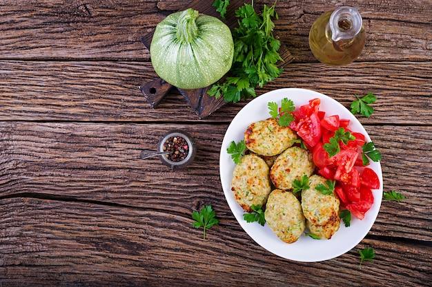Куриная котлета с салатом из цуккини и помидоров