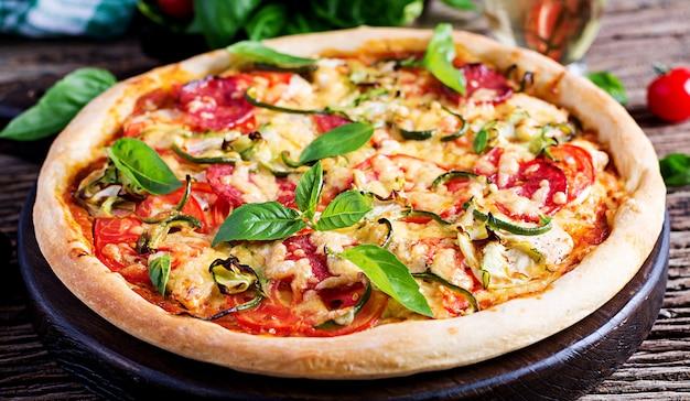 チキン、サラミ、ズッキーニ、トマト、ハーブ入りイタリアンピザ