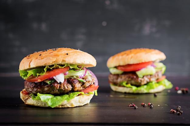 Гамбургеры с говядиной, помидорами, красным луком и листьями салата