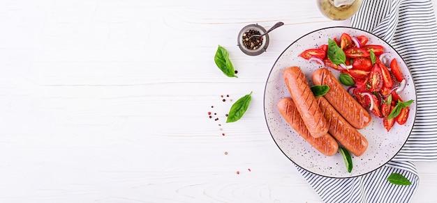 トマト、バジル、赤玉ねぎのグリルソーセージ