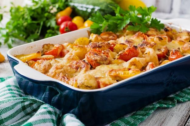 Вегетарианская овощная запеканка с цуккини, грибами и помидорами черри