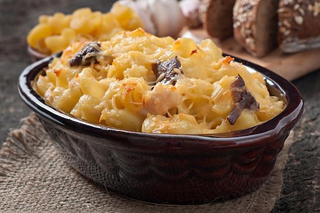 オーブンで焼いたチーズ、チキン、マッシュルームのマカロニ
