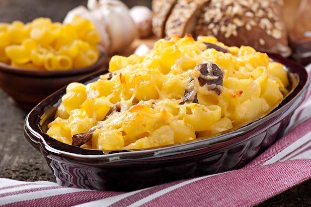 Макароны с сыром, курицей и грибами, запеченные в духовке