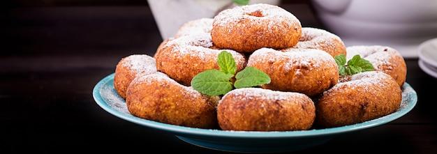 ブランチまたはランチ。粉砂糖をまぶした自家製ドーナツ。
