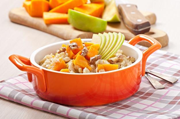 カボチャ、リンゴ、ナッツ、蜂蜜入りのオートミール