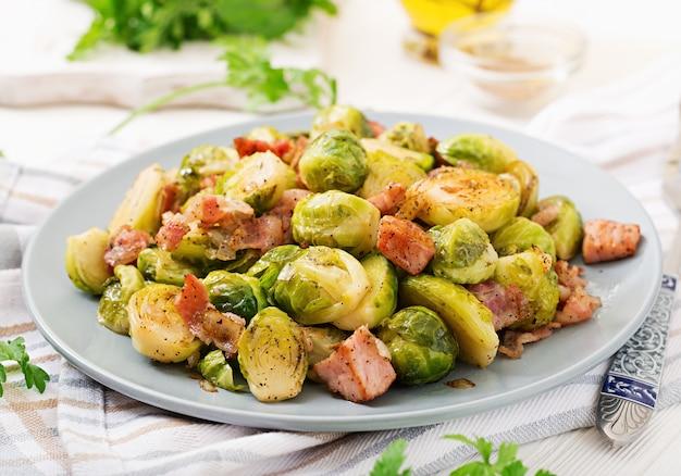 Брюссельская капуста. жареная брюссельская капуста с беконом. вкусный обед.