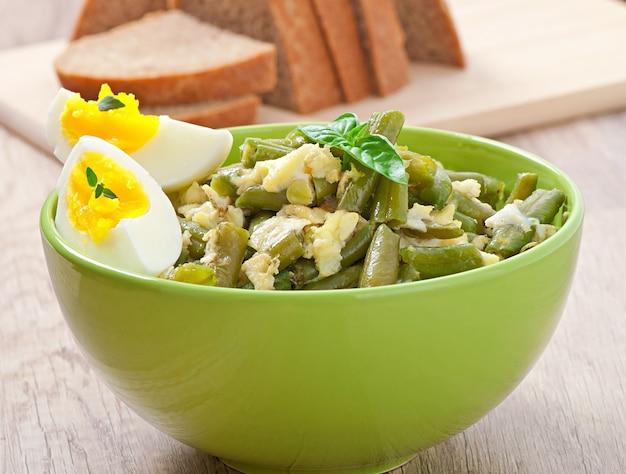 ボウルに卵とインゲン。