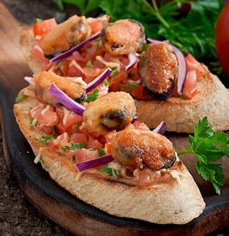 ムール貝、チーズ、トマトのブルスケッタ