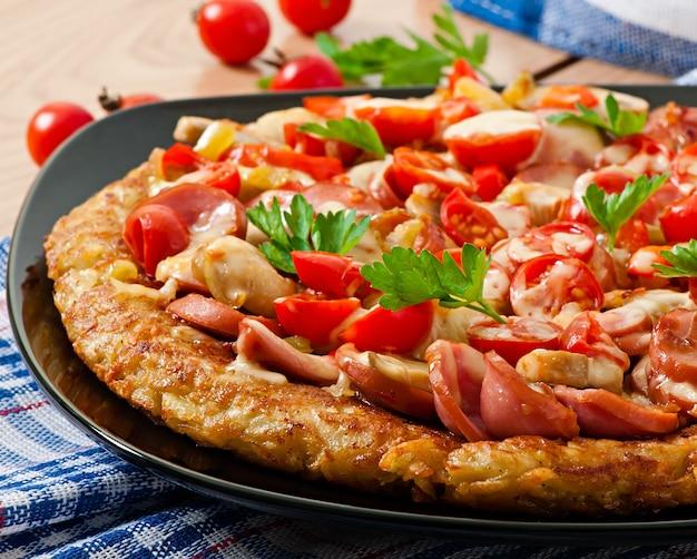 ジャガイモのグラタン-ソーセージ、マッシュルーム、トマトのピザ