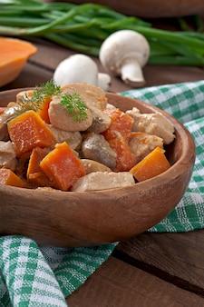 Тушеная курица с овощами и грибами в сливочном соусе