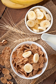 Здоровый завтрак - цельнозерновые мюсли в белой миске