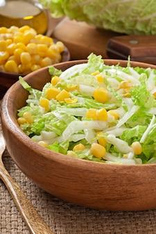 木製のボウルにスイートコーンと白菜サラダ