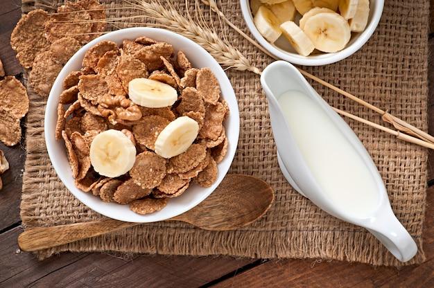 健康的な朝食-白いボウルに全粒ミューズリー