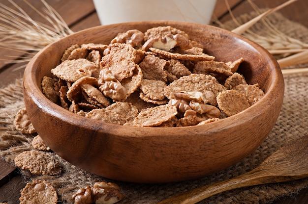 健康的な朝食-木製ボウルにクルミと全粒ミューズリー