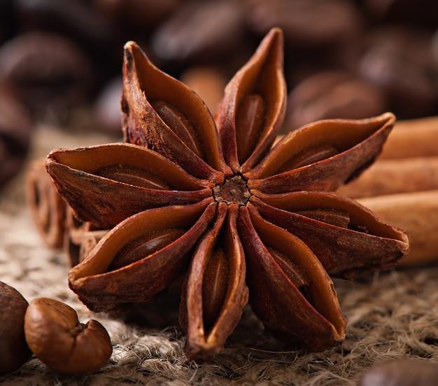 古い木製の背景にアニス、シナモン、コーヒー豆