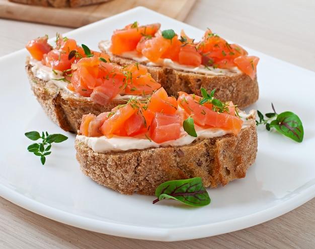 Бутерброд с соленым лососем и сливочным сыром.