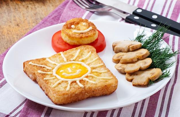 キノコとトマトで飾られた陽気な卵サンドイッチ