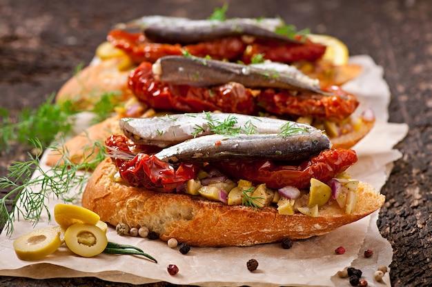 アンチョビ、オリーブ、天日干しトマトのクロスティーニ