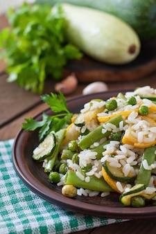 アスパラガスの豆、ズッキーニ、グリーンピースのリゾット