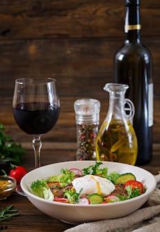 Теплый салат из куриной печени, редиса, огурца, помидоров и яиц пашот. здоровая пища. диетическое меню