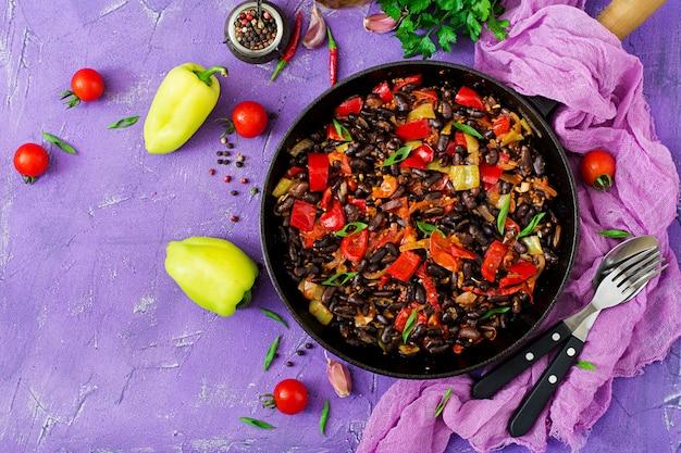 鍋に黒豆とピーマンとトマトのピリ辛ソース煮込み。フレイレイ。上面図
