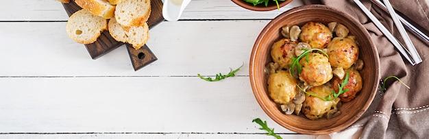 Вкусные домашние котлеты с грибным сливочным соусом. шведская кухня вид сверху.