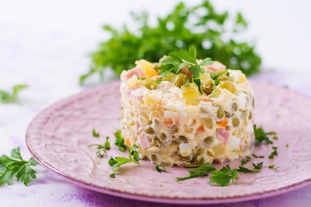 伝統的なロシア風サラダ「オリビエ」。新年のサラダ。お祝いサラダ。