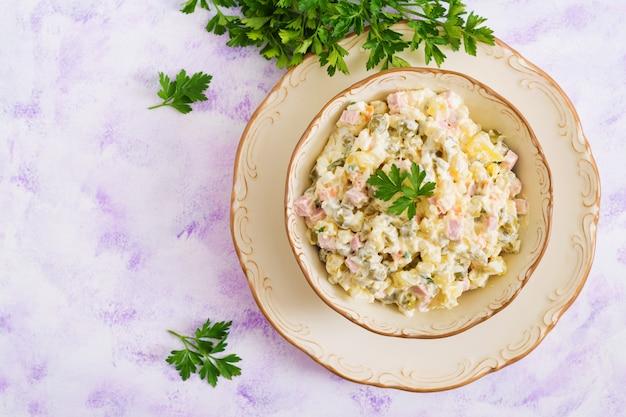 伝統的なロシア風サラダ「オリビエ」。新年のサラダ。お祝いサラダ。上面図