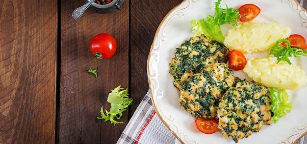 Запеченный стейк нарезанного куриного филе со шпинатом и гарниром из картофельного пюре. европейская кухня диетическое питание вид сверху