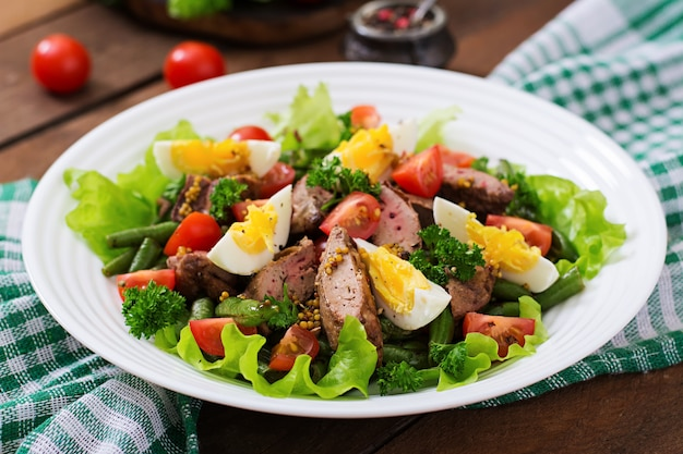 鶏レバー、インゲン、卵、トマト、バルサミコドレッシングの温かいサラダ